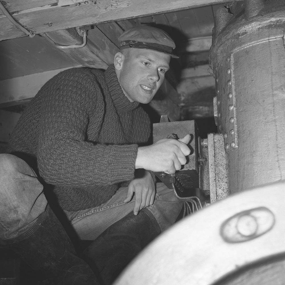 Hasse Carlsson Med Tändkulemotor I Hans Dykbåt 1965